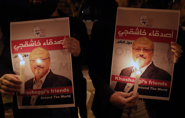 Manifestantes durante una vigilia por el periodista Jamal Khashoggi ante el consulado de Arabia Saudí en Estambul. (Foto: EFE)