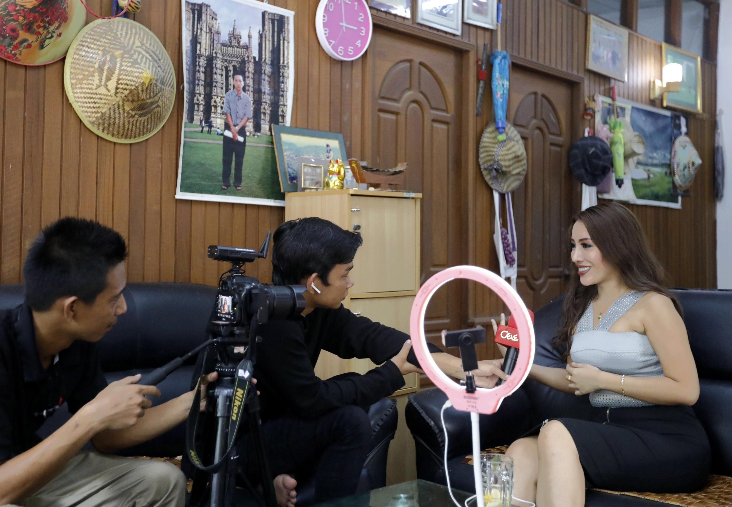 Nang Mwe San, médico y modelo, participa en una entrevista con medios locales en su casa en Yangon. (Foto: EFE)