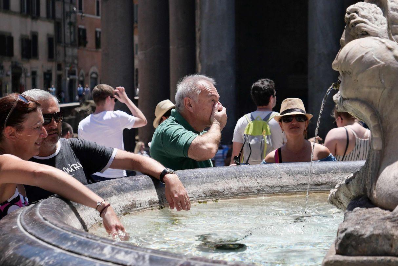 Ola de calor en Europa. Personas se refrescan  en una fuente frente al monumento del Panteón de Roma. (Foto: AFP)