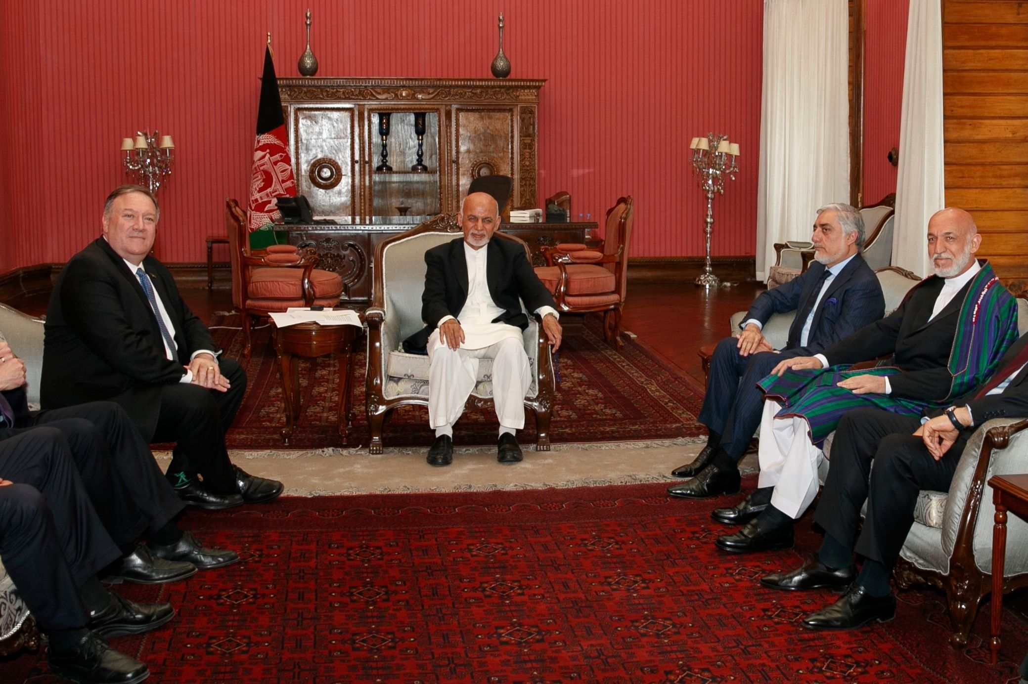 El secretario de Estado Mike Pompeo se reúne con el presidente afgano Ashraf Ghani. (AFP)