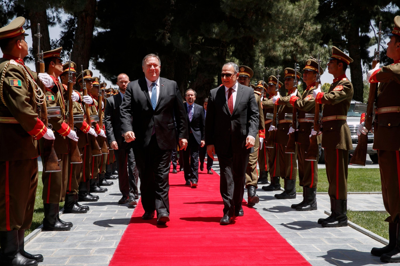 El secretario de Estado Mike Pompeo camina con el jefe de Estado Mayor del presidente afgano Ashraf Ghani, Abdul Salam Rahimi, cuando llega al Palacio Presidencial en Kabul. (AFP)