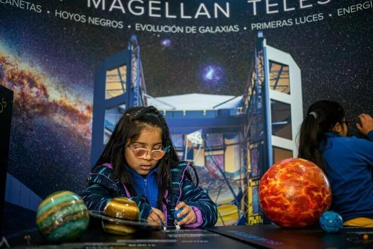 Con audífonos especiales y de la mano del Lightsound, los niños pudieron hacerse una idea de lo que se verá el próximo martes en el norte chileno. (Foto: AP)
