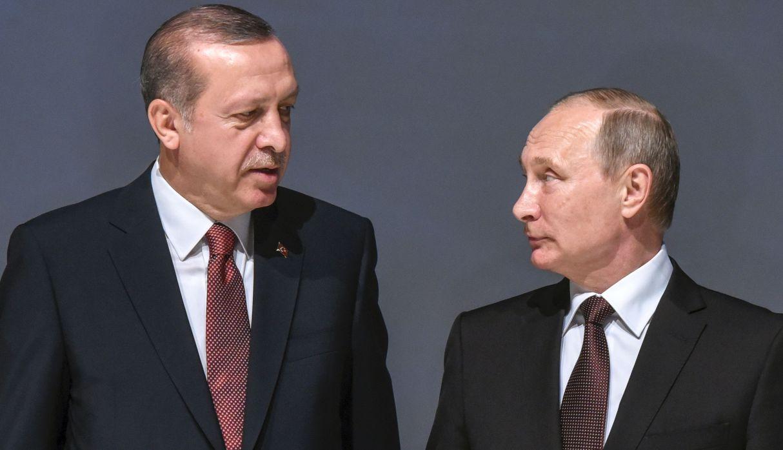 Esta foto de archivo tomada el 10 de octubre de 2016 muestra al presidente ruso Vladimir Putin escuchando al mandatario turco Recep Tayyip Erdogan. (Foto: AFP)