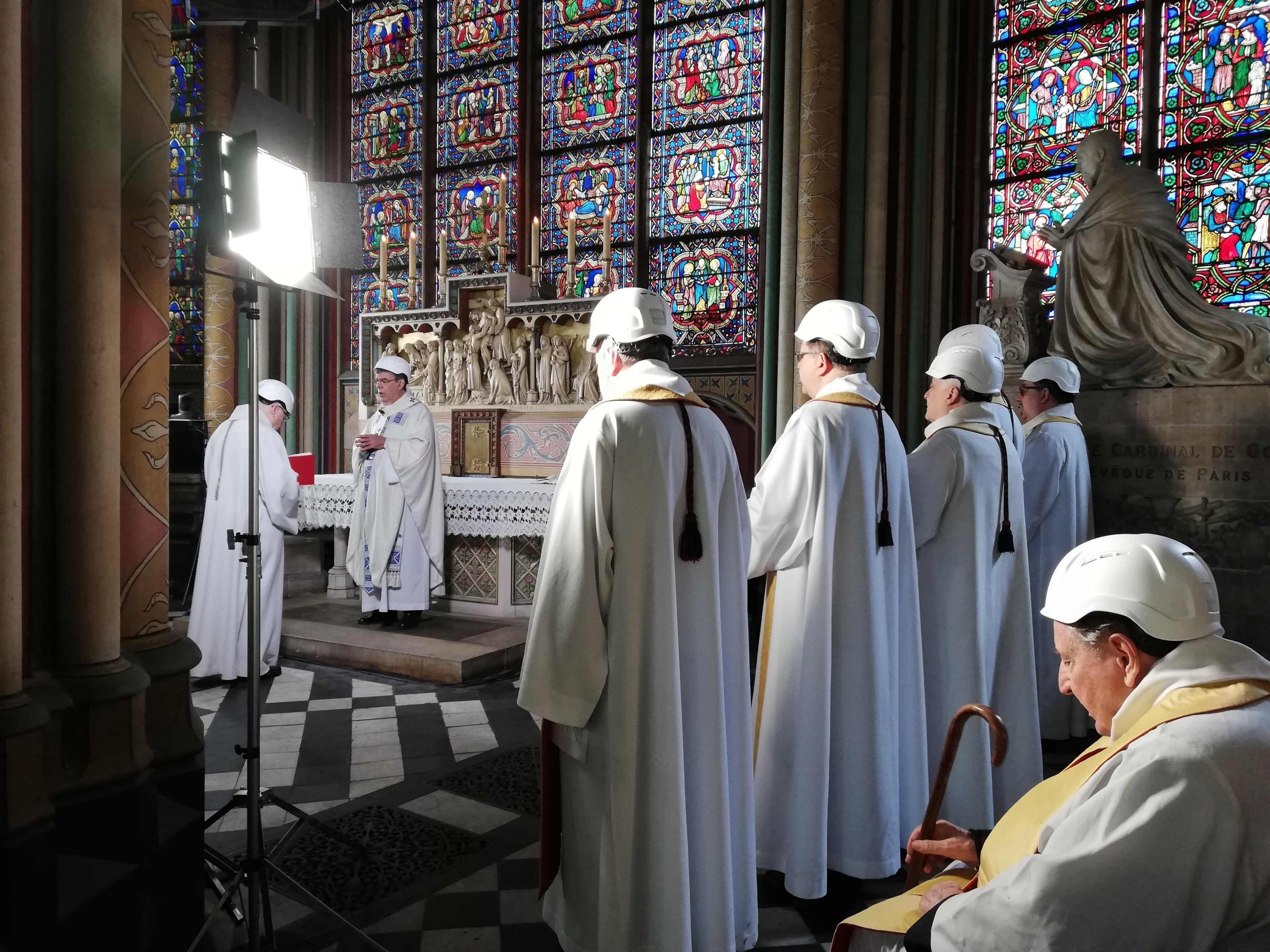 El 15 de junio, dos meses después de ser devastada por el fuego, Notre Dame acogió su primera misa. (AFP)