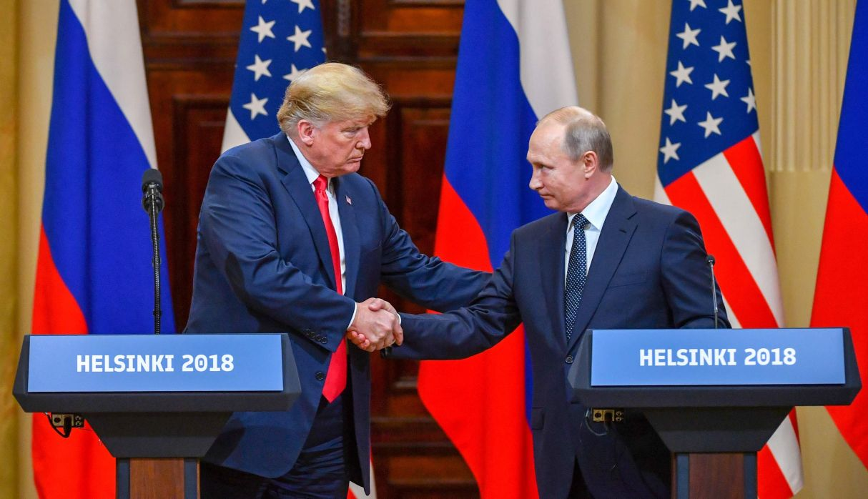 El presidente de los Estados Unidos, Donald Trump, y el presidente de Rusia, Vladimir Putin, se dan la mano antes de asistir a una conferencia en Helsinki. (AFP)