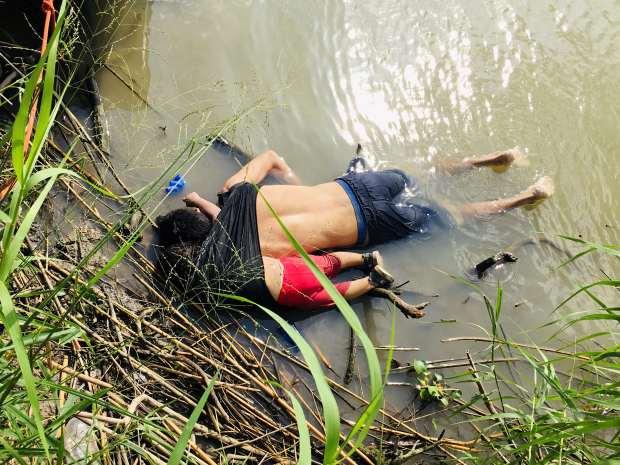 Los cuerpos del migrante salvadoreño Oscar Alberto Martínez Ramírez y su hija Valeria se ven en el río Bravo en Matamoros, en el estado de Tamaulipa. (Foto: Reuters)