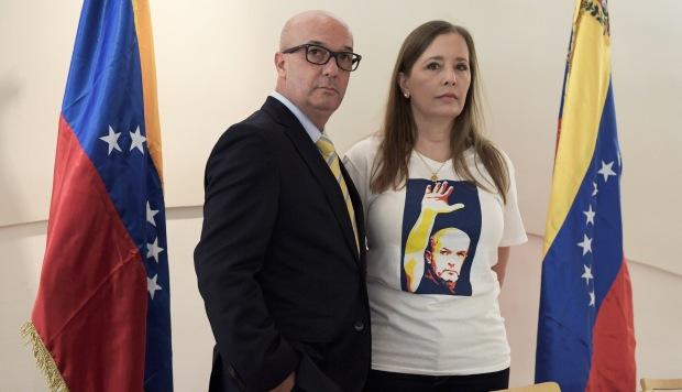El venezolano Iván Simonovis posa junto a su esposa, Bony De Simonovis, durante una conferencia de prensa este miércoles, en Washington. (Foto: EFE)