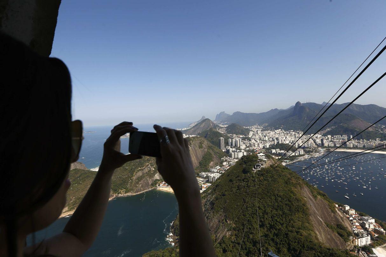 Una turista toma una fotografía de la ciudad de Río desde el cerro del Pan de Azúcar. (Foto: EFE)