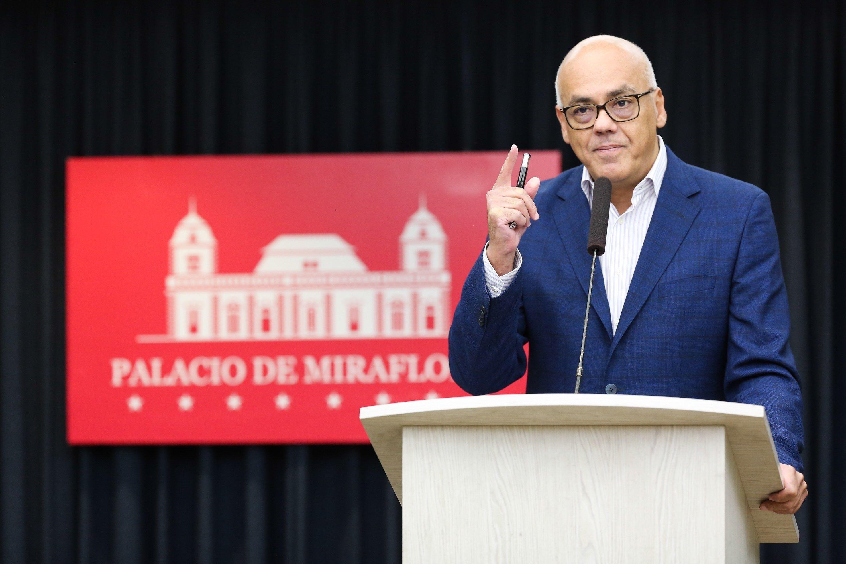 """El vicepresidente de Comunicación, Cultura y Turismo, Jorge Rodríguez, ofrece declaraciones desde la Sala de Prensa """"Simón Bolívar"""" del Palacio de Miraflores, en Caracas. (EFE)"""