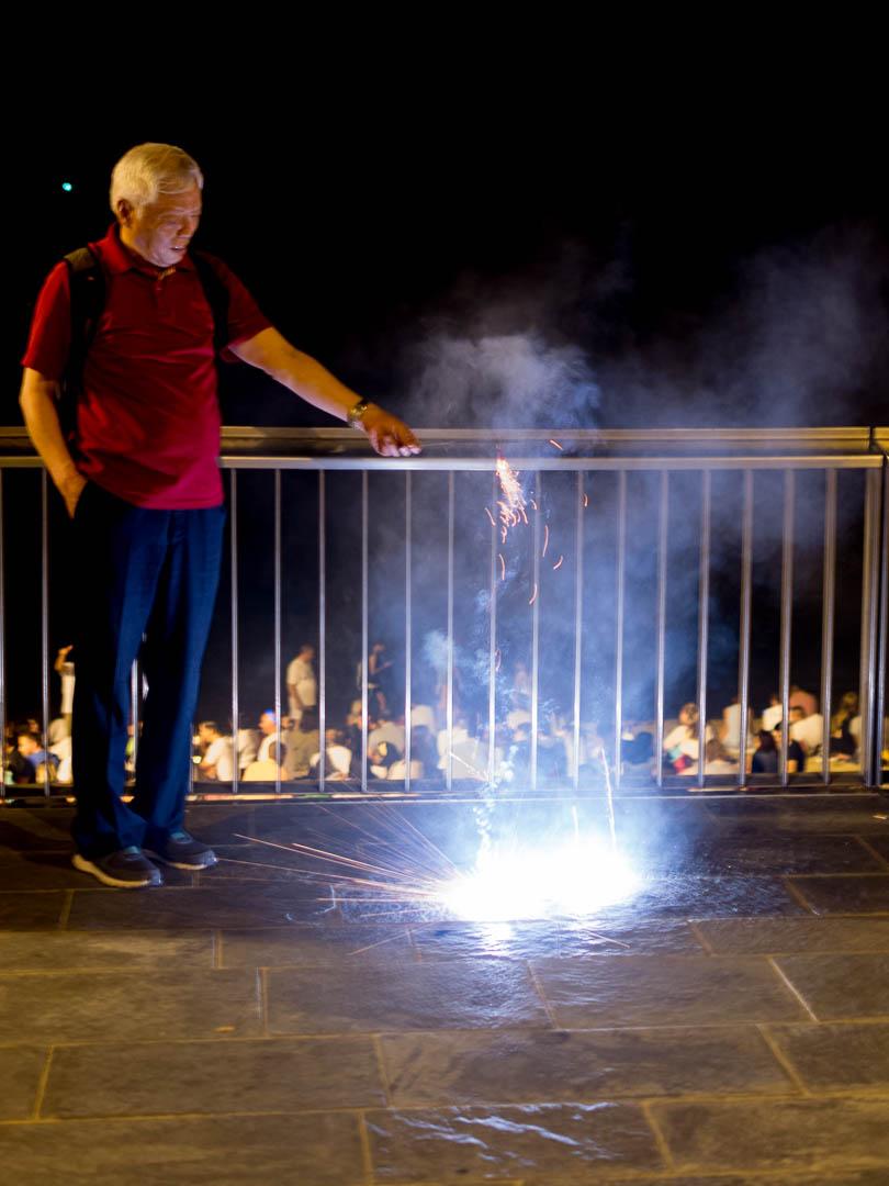 Grandes y chicos celebran con los fuegos artificiales. (Foto: Jerome Rader)