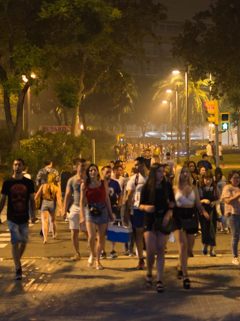 Desde tempranas horas de la tarde, los barceloneses llegan a la playa para celebrar esta verbena. (Foto: Jerome Rader)