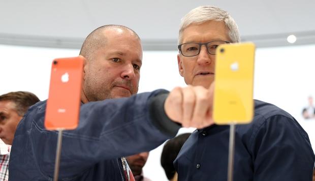 El jefe de diseño de Apple, Jony Ive, y el CEO de Apple, Tim Cook, inspeccionaron el iPhone XR durante un evento especial de Apple en el Steve Jobs Theatre en Cupertino. (Foto: AFP)