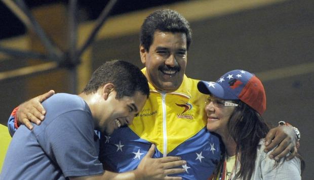 El entonces presidente interino venezolano Nicolas Maduro abraza a su esposa Cilia Flores y su hijo Nicolas Maduro durante un mitin de campaña, en abril de 2013. (Foto: AFP)