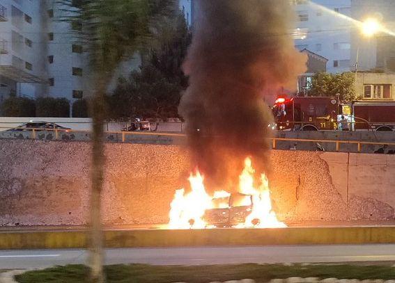 El auto se incendió en plena Vía Expresa. (Foto: twitter/@renzorotta)