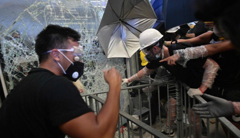 Hong Kong: Cientos tratan de irrumpir en la sede del parlamento tras masiva protesta. (Foto: AFP)