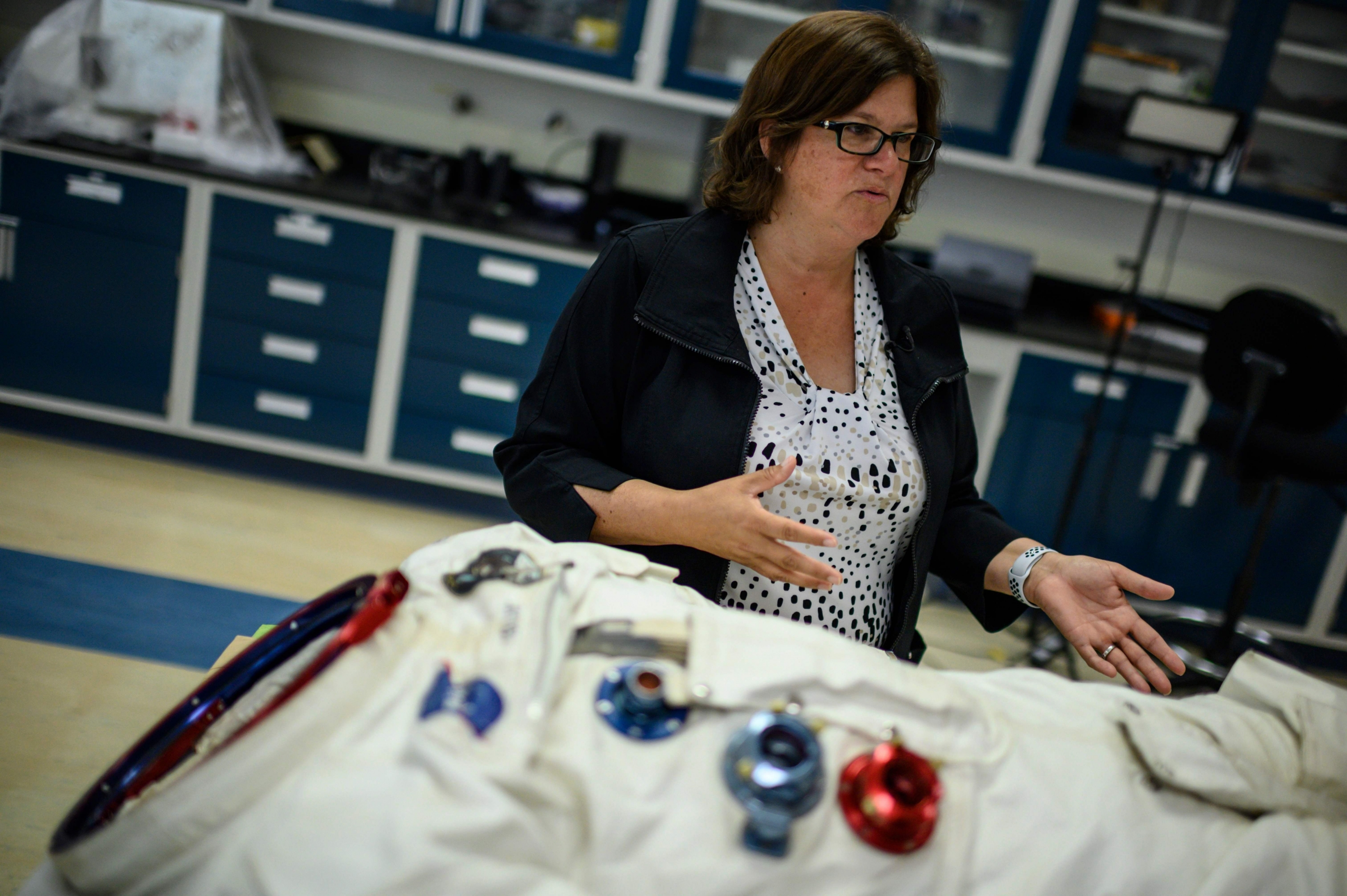 Lisa Young, restauradora especializada en objetos espaciales del anexo del Museo Smithsonian de Chantilly. (Foto: AFP)
