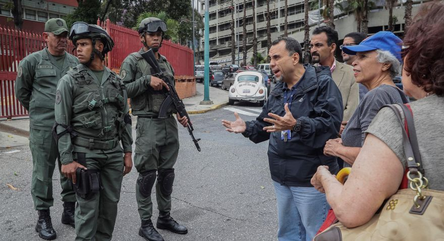 Dos agentes de la GNB fueron enviados a prisión por muerte de militar. En la foto, militares evitan un homenaje en honor al capitán Rafael Acosta Arevalo en la entrada del Comando General de la Armada Bolivariana. (EFE)