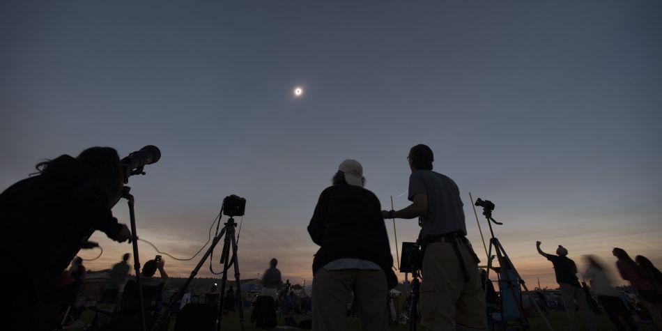 Esto solo puede pasar durante la luna nueva (Sol y Luna en conjunción). (Foto: AFP)
