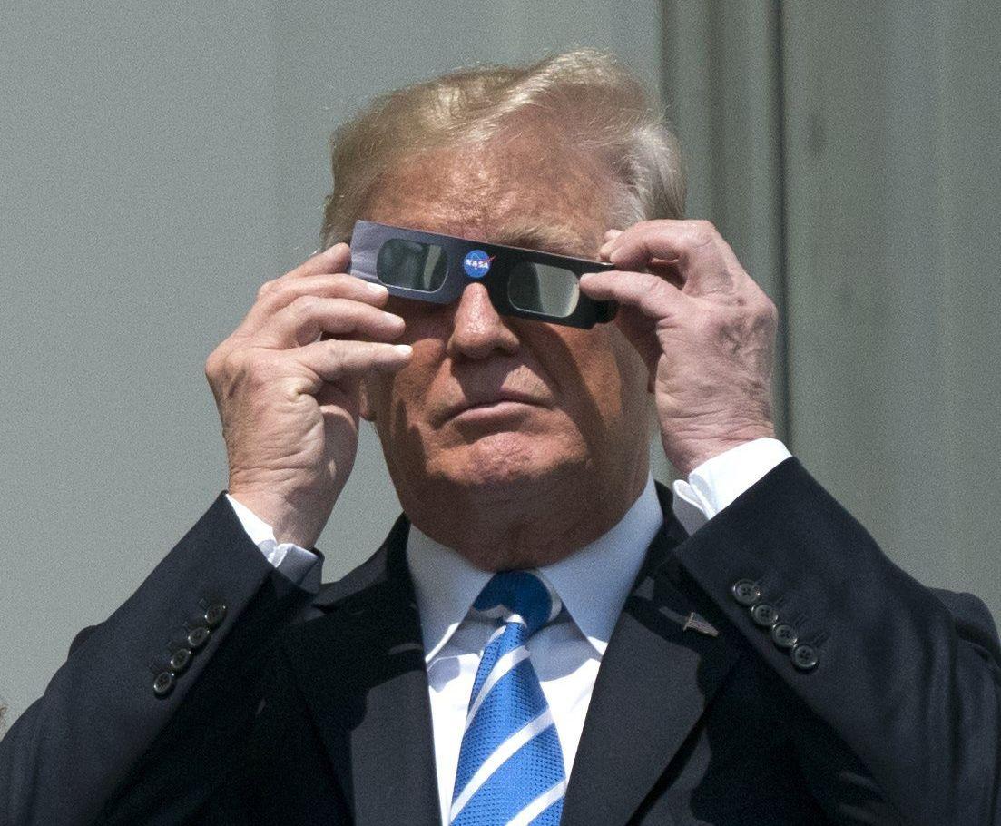 El 21 de agosto del 2017, durante un eclipse solar, el presidente de Estados Unidos, Donald Trump, utilizó lentes autorizados por la NASA. (Foto: EFE)