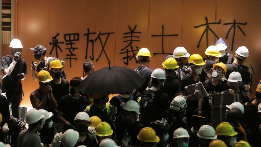 Hace unos días, manifestantes en contra de las extradiciones tomaron el Parlamento de Hong Kong. (AFP)
