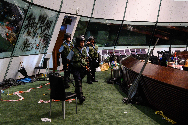 Los manifestantes que tomaron el Parlamento el lunes por la noche huyeron antes que la policía ingresara. (Foto: AFP)