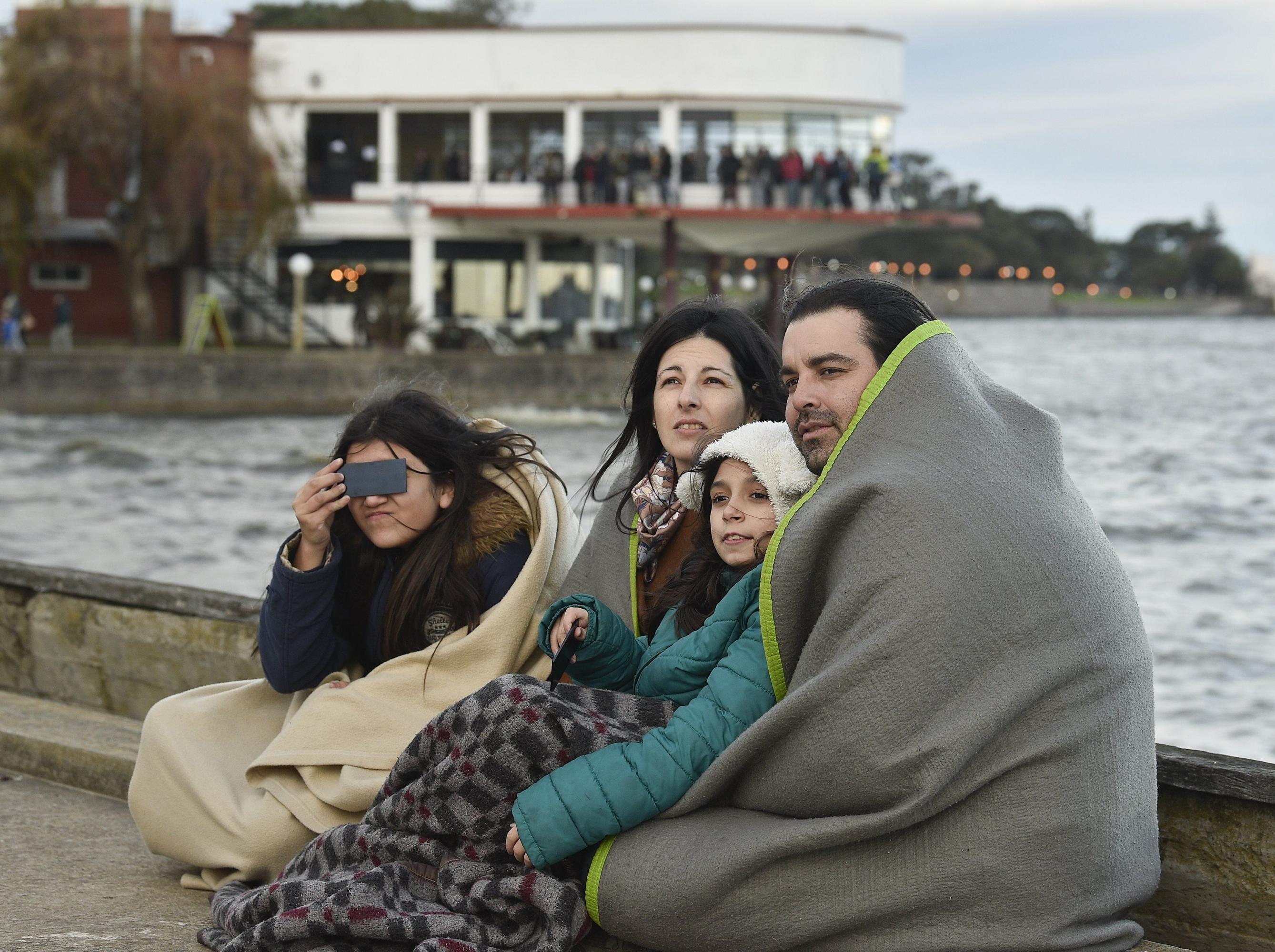En Argentina, el principal punto de observación fue la región de Cuyo, donde miles de personas lo convirtieron en un paseo turístico. (AFP)