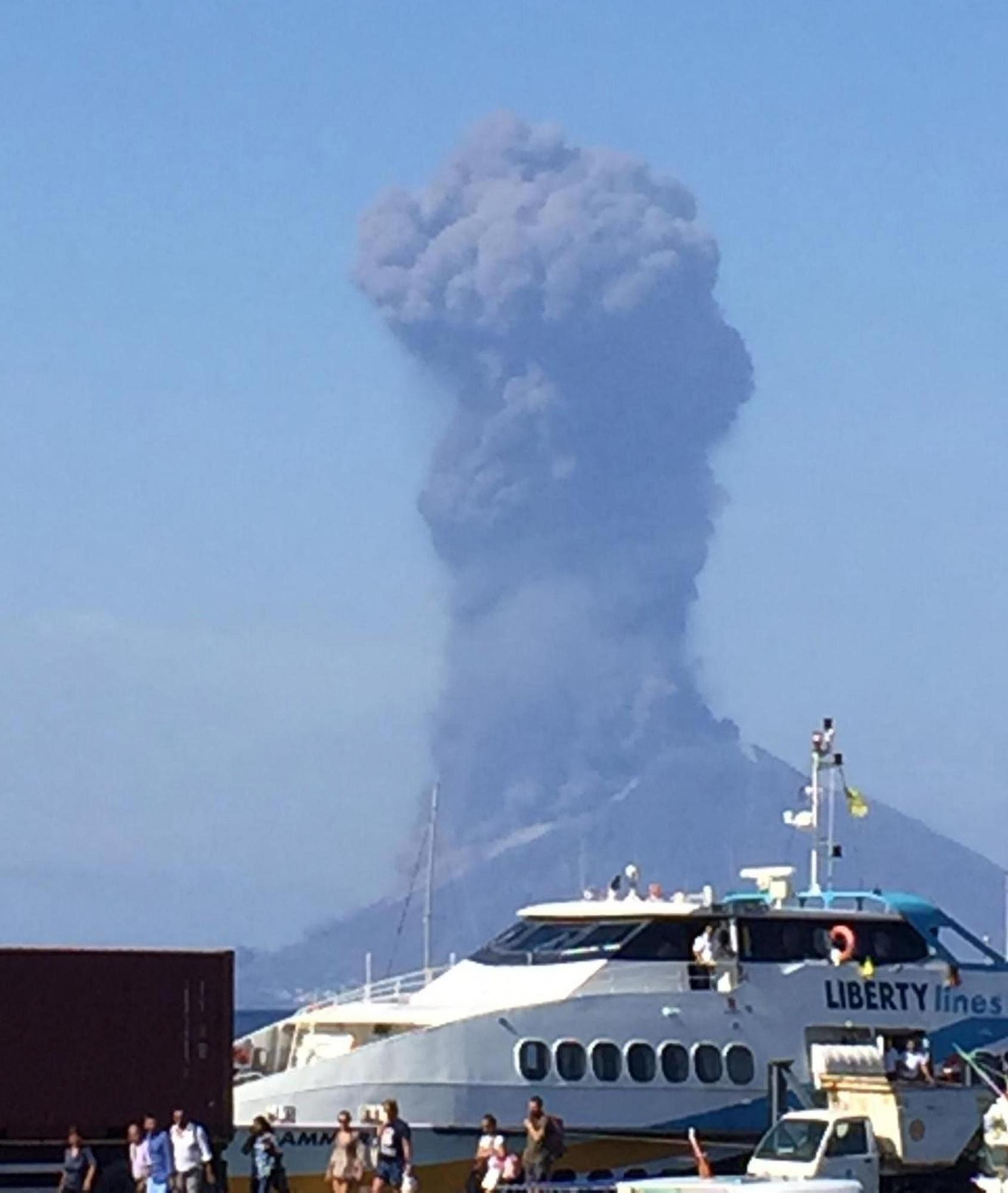 La ceniza se eleva hacia el cielo después de una erupción de volcán en una pequeña isla de Stromboli, Italia. (Foto: EFE)