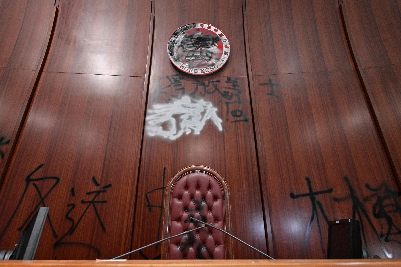 Un graffiti se ve detrás de la silla de oradores en la cámara principal del Consejo Legislativo de Hong Kong. (Foto: AFP)