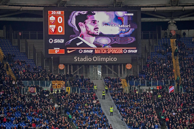 Una foto del difunto capitán de la Fiorentina, Davide Astori, se muestra en pantalla gigante antes de un partido de la Serie A. (Foto: EFE)