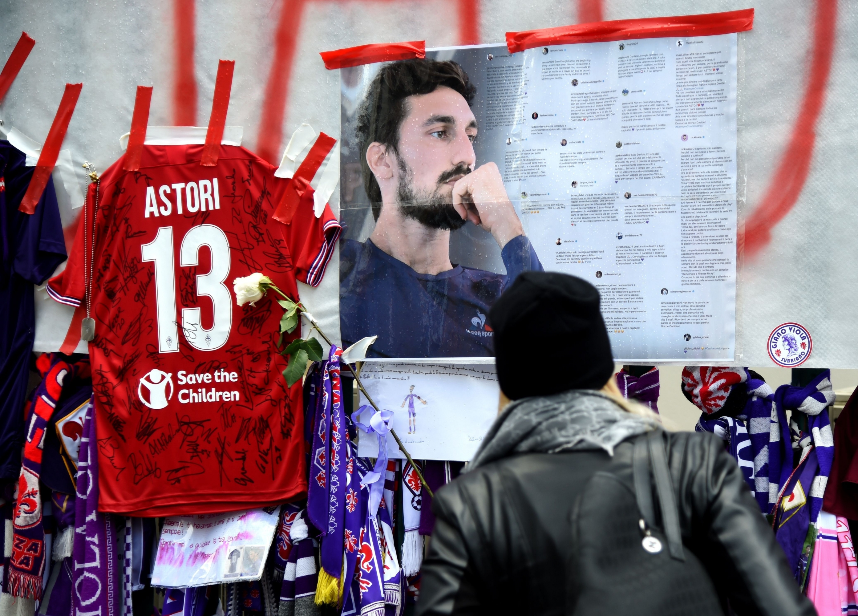 Los fanáticos del fútbol homenajean al difunto capitán de la Fiorentina, Davide Astori. (Foto: AFP)