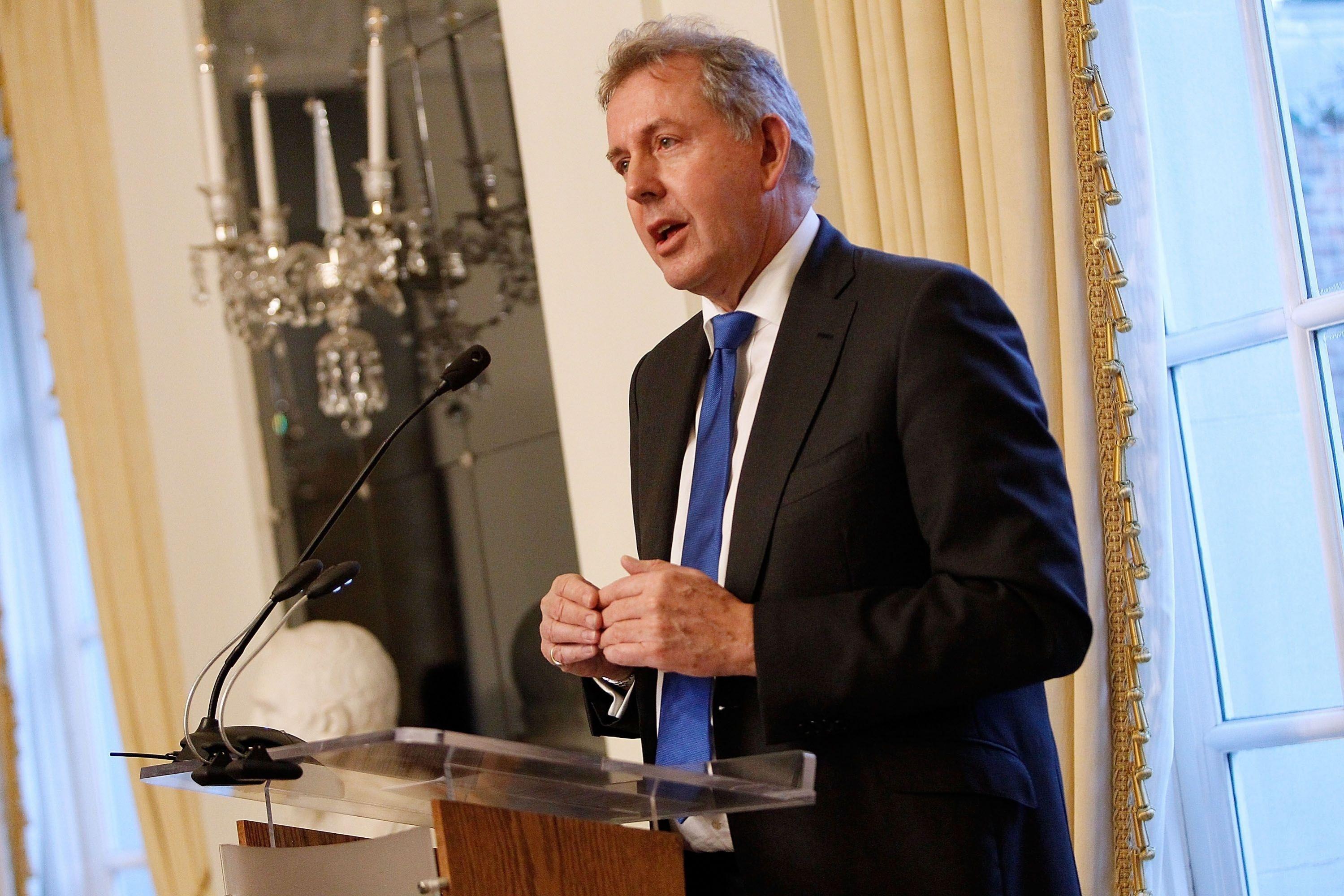 El embajador británico en Washington, Kim Darroch, calificó el gobierno de Donald Trump de