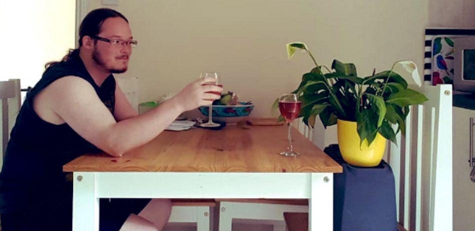 Si bien las plantas no toman vino, un 'brindis' nunca está de más. (Foto: Twitter @laurenfrench)