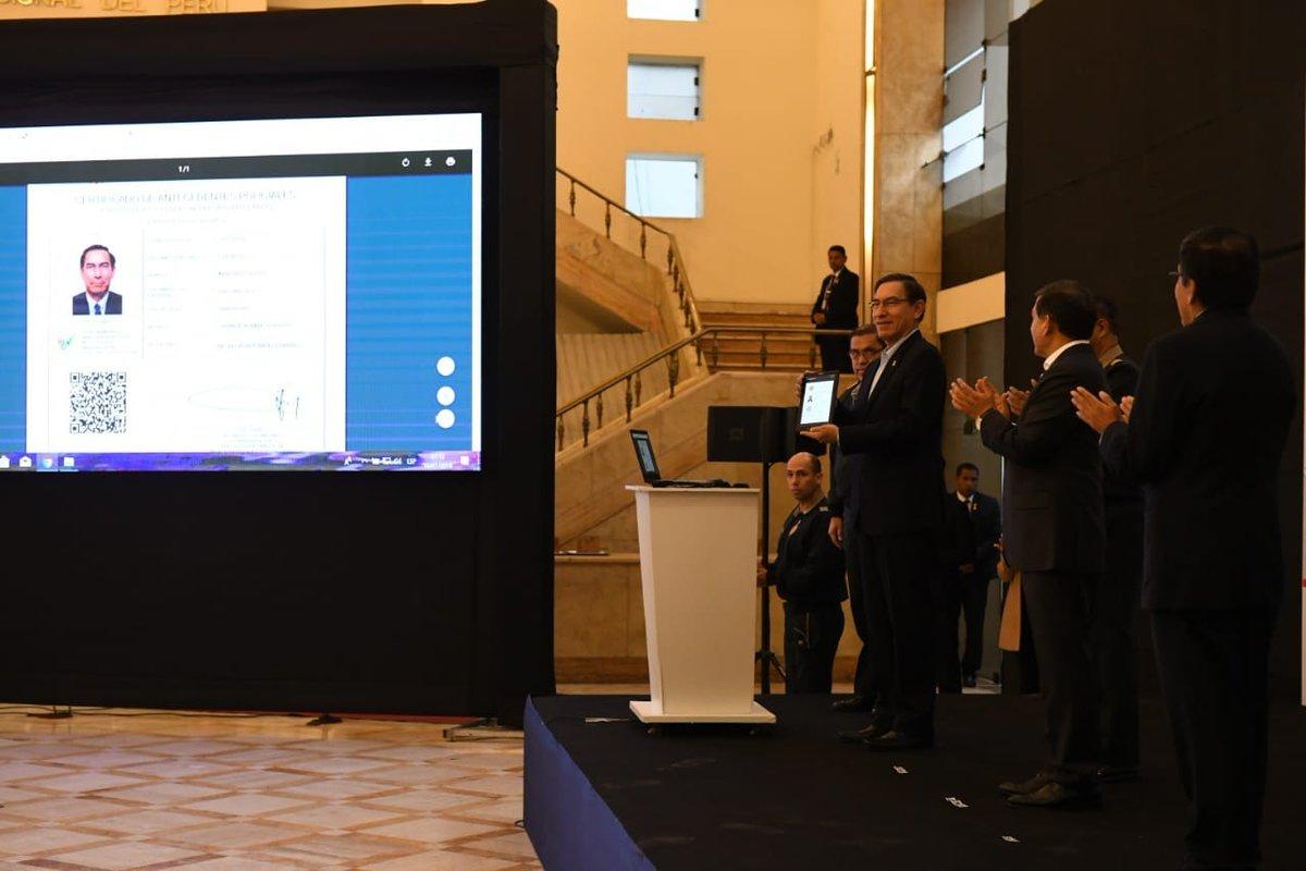 El presidente Martín Vizcarra a modo de prueba, realizó el proceso para obtener el Certificado de Antecedentes Policiales Digital. (Foto: @MininterPeru)