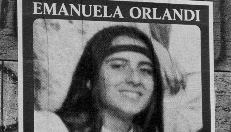 27 de mayo de 2012. Un manifestante sostiene un póster de Emanuela Orlandi durante la oración del Papa Benedicto XVI en la plaza de San Pedro, en el Vaticano. (Foto: EFE)