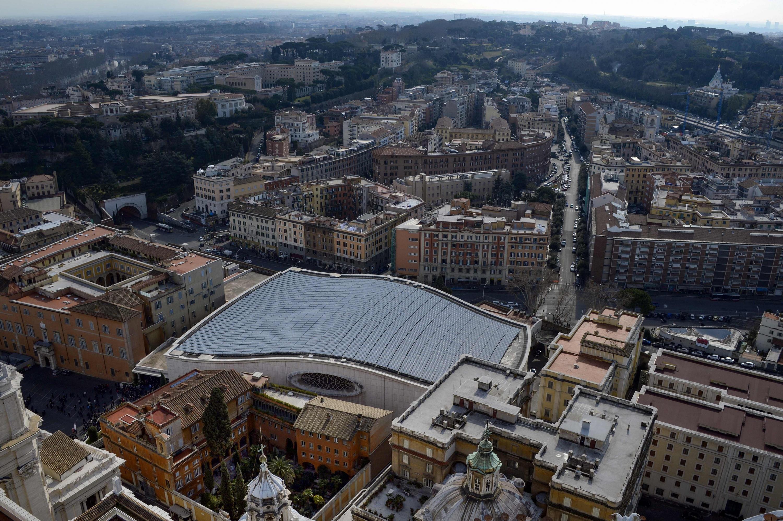 13 de febrero de 2013. El Vaticano muestra el Cementerio Teutónico (Abajo - izquierda), junto a la sala Paul-VI. Vista desde la cima de la Basílica de San Pedro. (Foto: AFP)