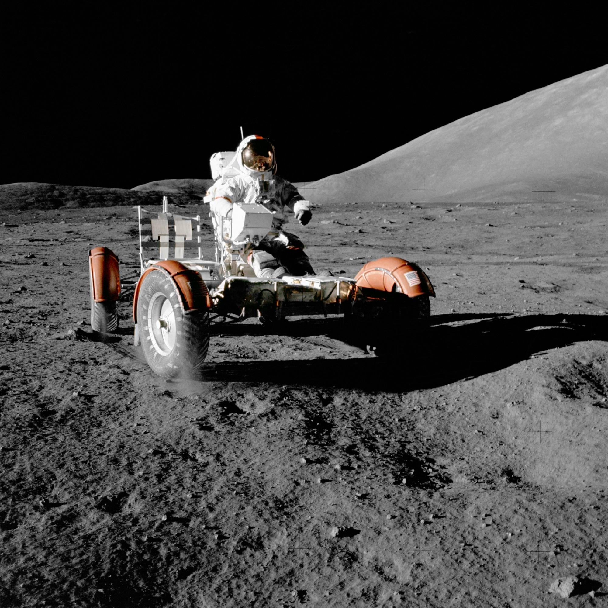 Eugene A. Cernan montado en su vehículo lunar en la superficie de la Luna. (NASA)