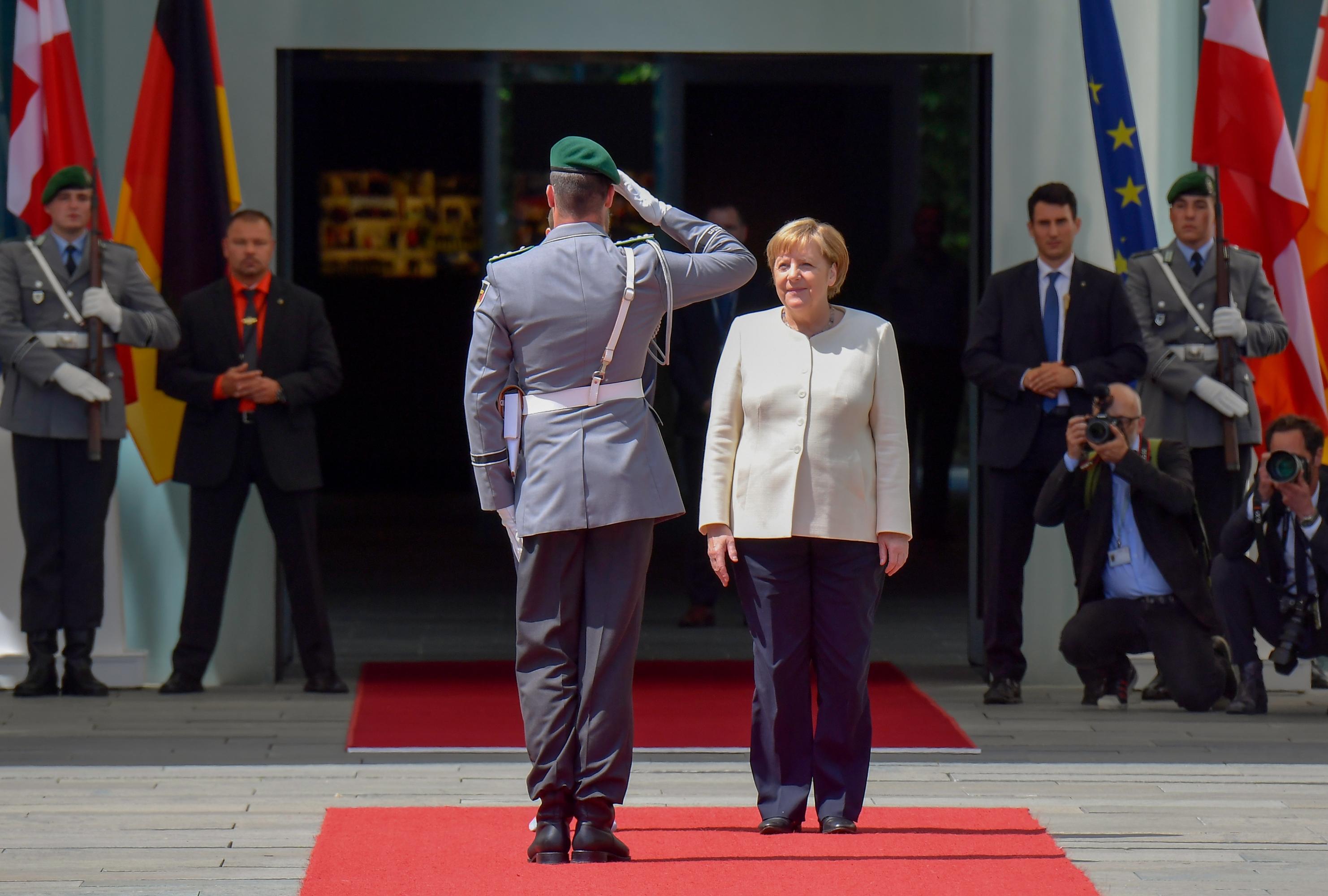 Angela Merkel participó del recibimiento con honores militares de la primera ministra danesa, Mette Frederiksen. (Foto: AFP)