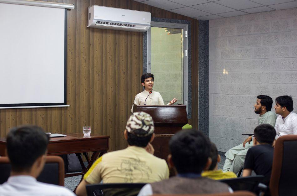 Hammad Safi es escuchado con mucha atención en cada una de sus conferencias. Mayormente van estudiantes de periodismo y comunicación. (Foto: EFE)