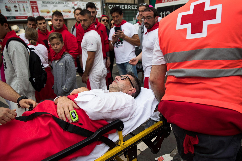 Paramédicos evacuaron a quienes fueron embestidos por los toros en la fiesta de San Fermín. (Foto: AFP)