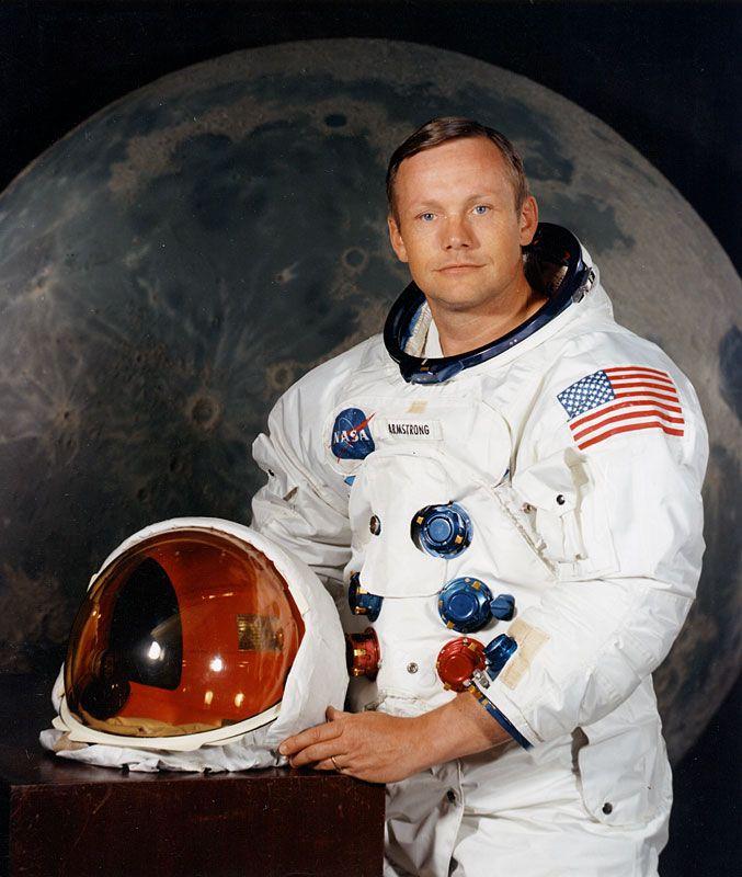 Esta imagen sin fecha obtenida de la NASA muestra al astronauta estadounidense Neil Armstrong, quien fue la primera persona en poner un pie en la luna. (AFP)