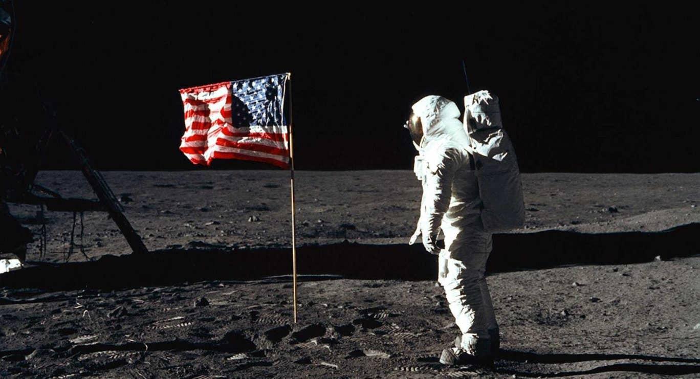 ¿La bandera de Estados Unidos se mueve por un viento que no existe en la Luna? La verdad es otra (Foto: NASA)