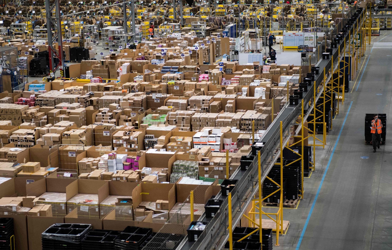 Los trabajadores de Amazon preparan los pedidos de los clientes para su envío. (Foto: AFP)
