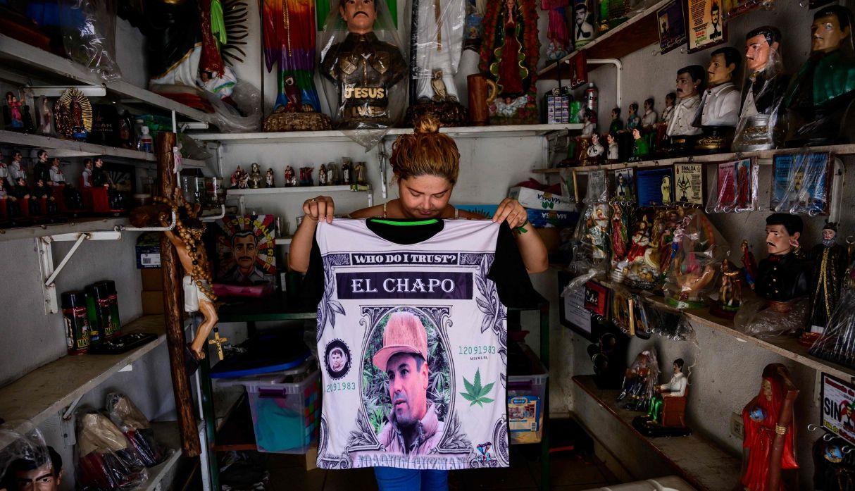 Vendedora muestra una camisa que representa un retrato de Joaquín