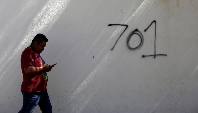Un hombre pasa por el número 701, refiriéndose al ranking de multimillonarios del mundo otorgado por la revista Forbes en 2009 a 'El Chapo', en el estado de Sinaloa. (Foto: Reuters)