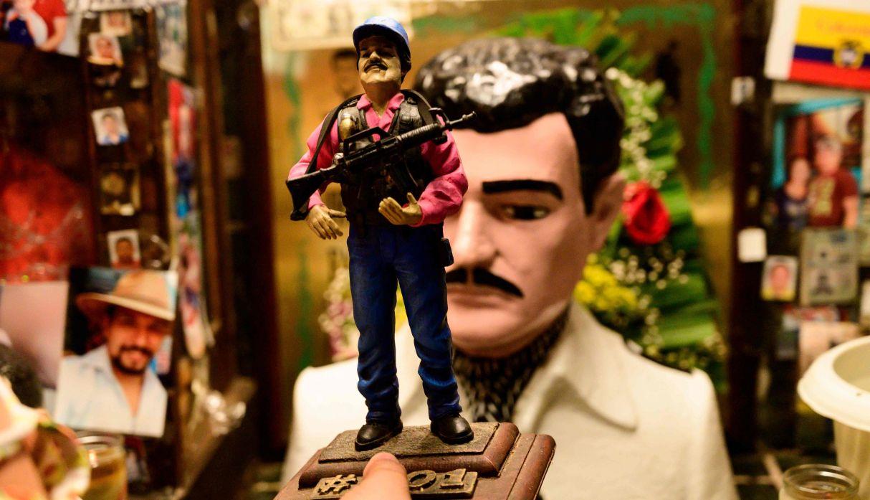 Una estatua de 'El Chapo' Guzmán, se vende en venta cerca de un busto del narco-santo Jesús Malverde, en su capilla en Culiacán, estado de Sinaloa. (Foto: AFP)