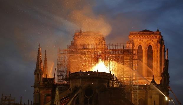 Bomberos apagan las llamas del techo de la Catedral de Notre Dame en París. (Foto: AFP)