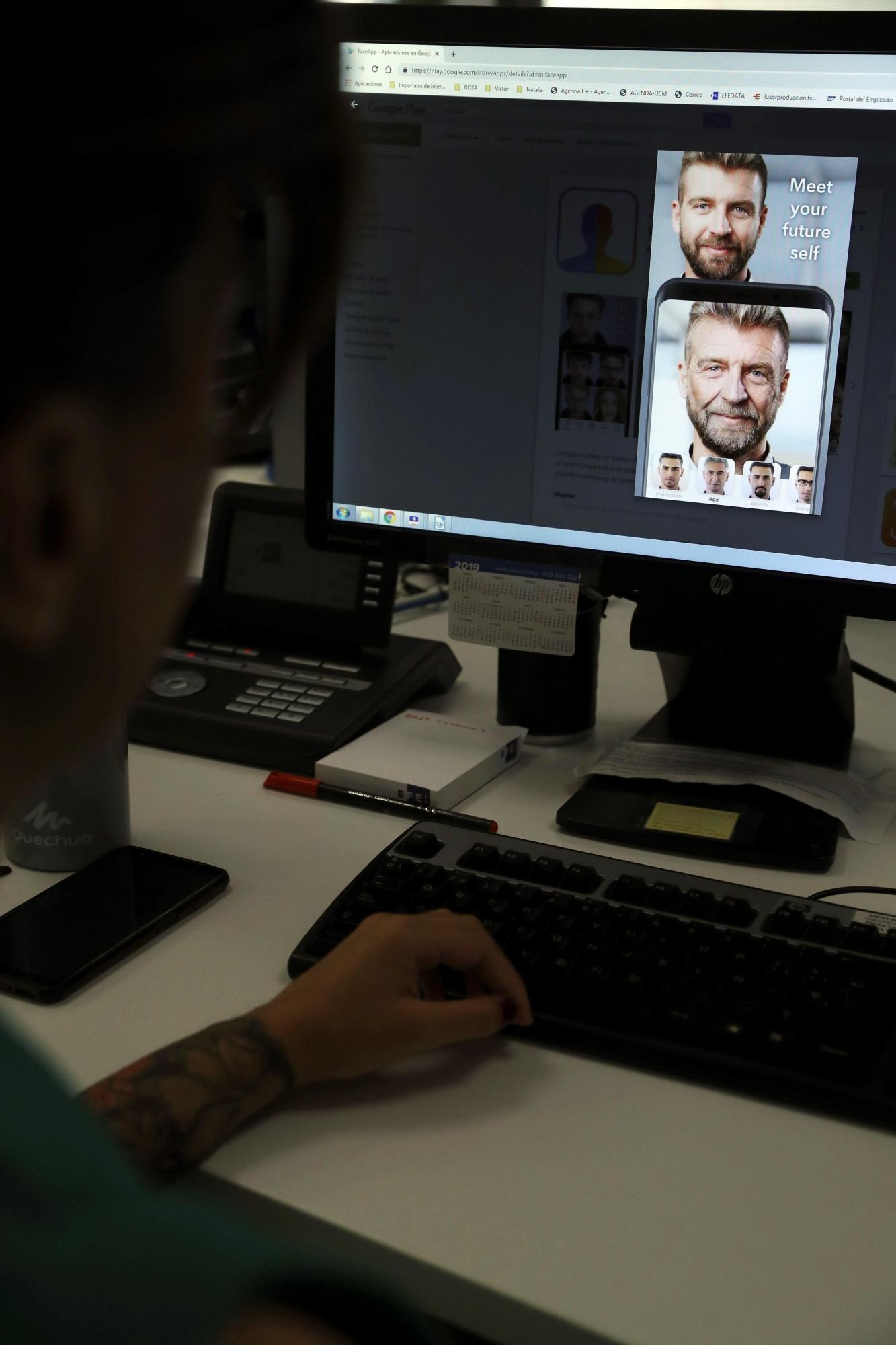 Una persona utiliza la aplicación 'FaceApp' este jueves, que emplea varios filtros para simular cómo envejece. (Foto: EFE)
