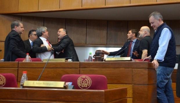 El incidente provocó que el vicepresidente de la Cámara Alta, Martín Arévalo, levantara de forma temporal la sesión, mientras que el canal TV-Cámara cortó la transmisión. (Foto: EFE)