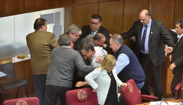 Riera y Cubas ya habían tenido tensas disputas en sesiones anteriores. (Foto: AFP)