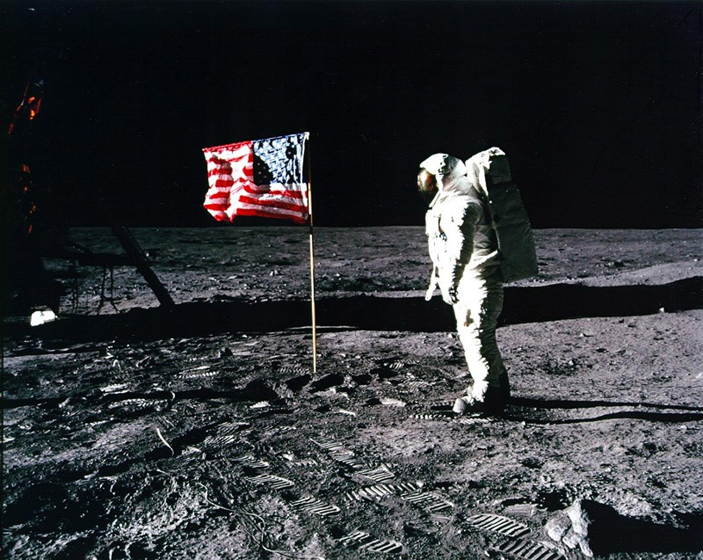 Buzz Aldrin junto a la bandera de Estados Unidos colocada en la superficie de la Luna.(NASA)